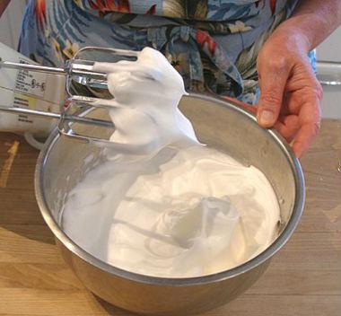 Как правильно взбить белки в густую пену: с сахаром и без.