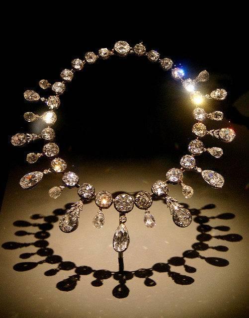 Это бриллиантовое колье Наполеон подарил своей второй жене. И у него действительно удивительная история!