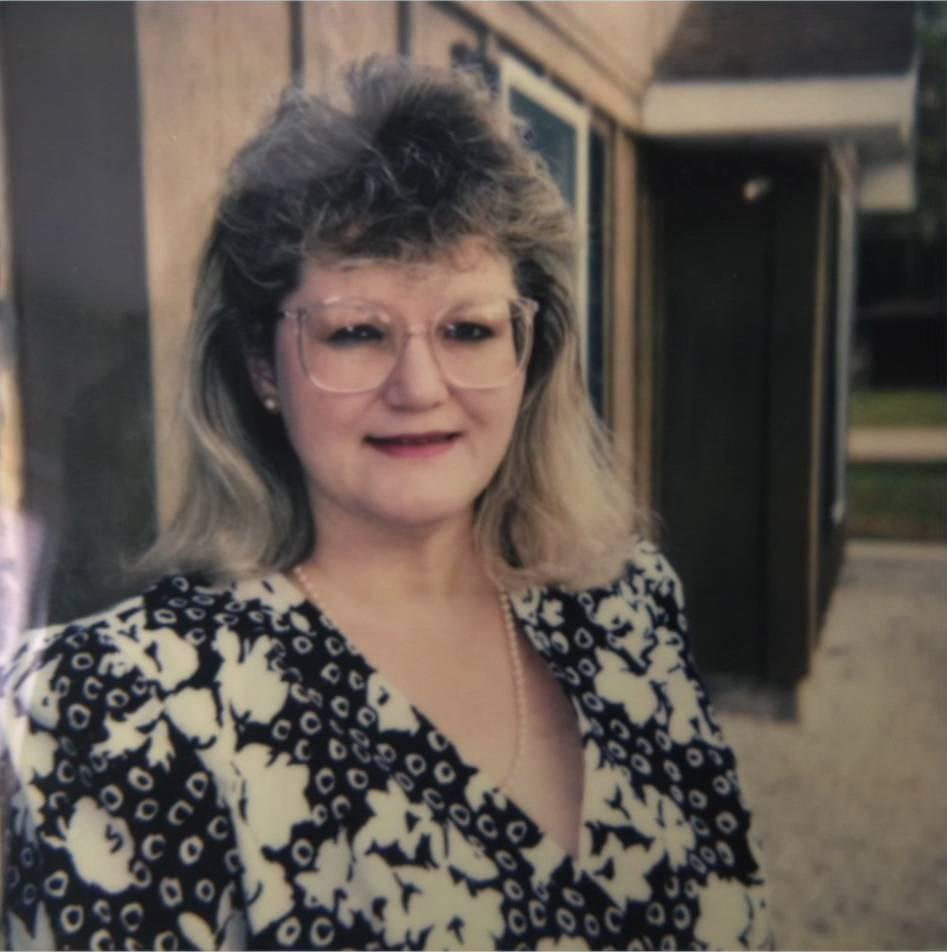 Ее муж не позволял ей ничего делать со своей внешностью. Вот что произошло, когда он умер
