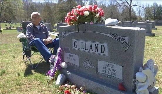 Его жена умерла 7 лет назад. Но он сдержал свое обещание любить ее до своей смерти