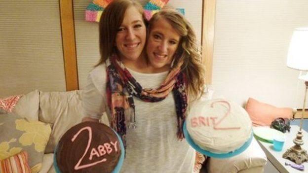 Как сложилась жизнь известных сиамских близнецов Эбби и Бриттани Хензель