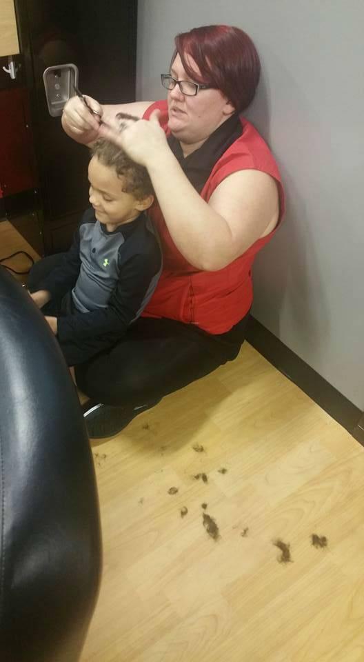 Чтобы успокоить мальчика с аутизмом, парикмахер села на пол