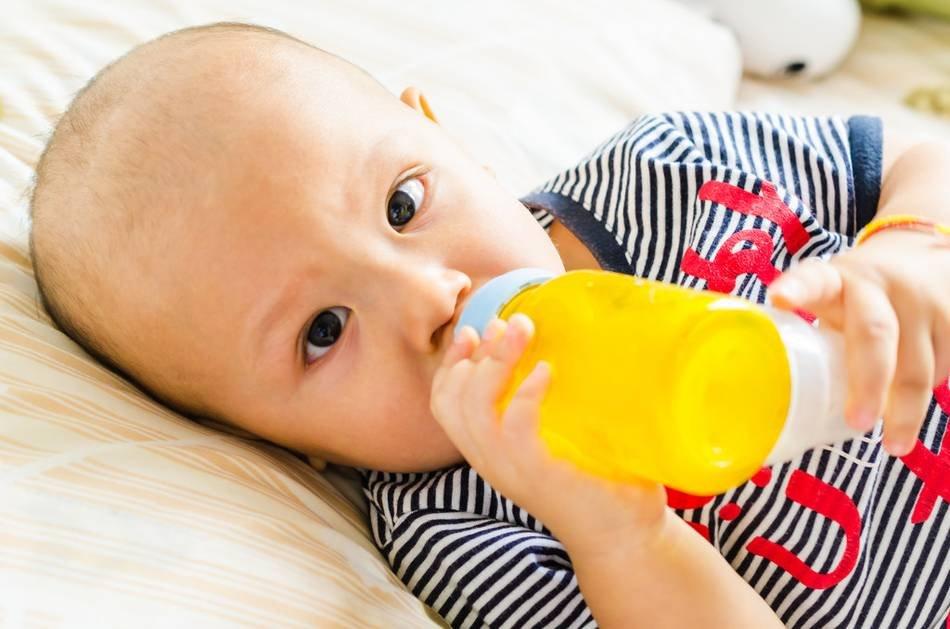 Педиатры рекомендуют не давать соки детям до года