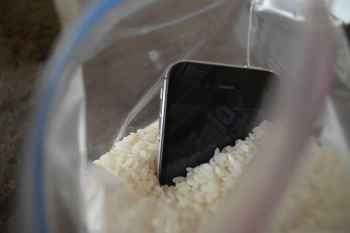 Что делать, если телефон -искупался-: пошаговая инструкция по спасению утопающего