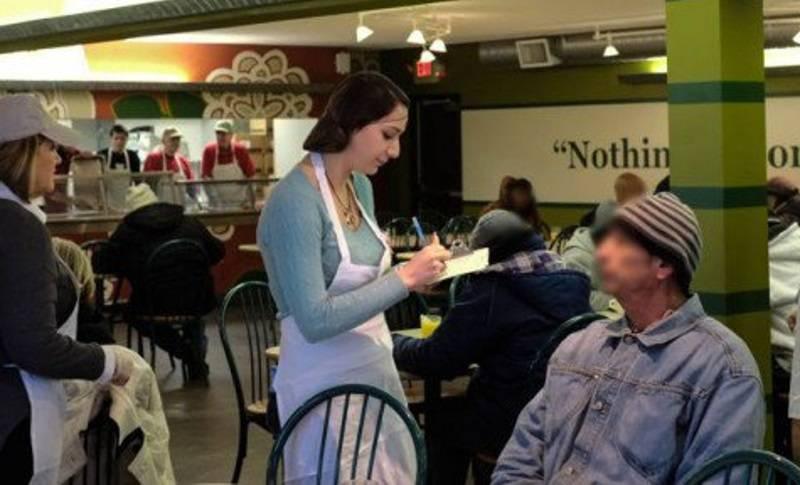 Эта официантка отнеслась к бродяге со всей добротой. Но когда она увидела чаевые, открылась правда о том, кто он на самом деле