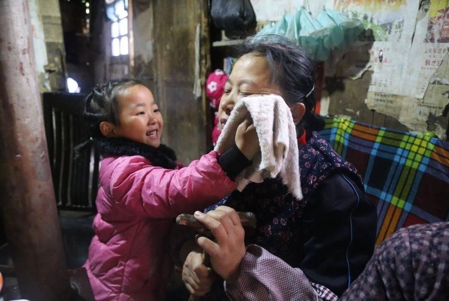 5-летняя малышка стала сиделкой своей бабушки и 92-летней прабабушки после того, как ее бросила мать