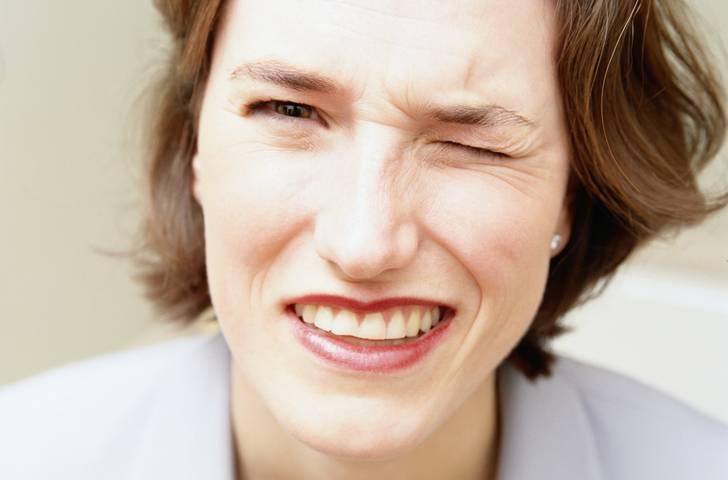 6 неприятных последствий сна в макияже