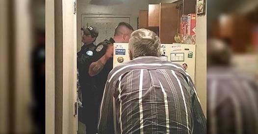 Полицейские открыли холодильник 79-летнего дедушки и тут же поняли, что нужно действовать немедленно