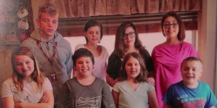Мать 5 детей усыновила 3 малышей своей умершей соседки! Вскоре карма постучалась к ней в двери…
