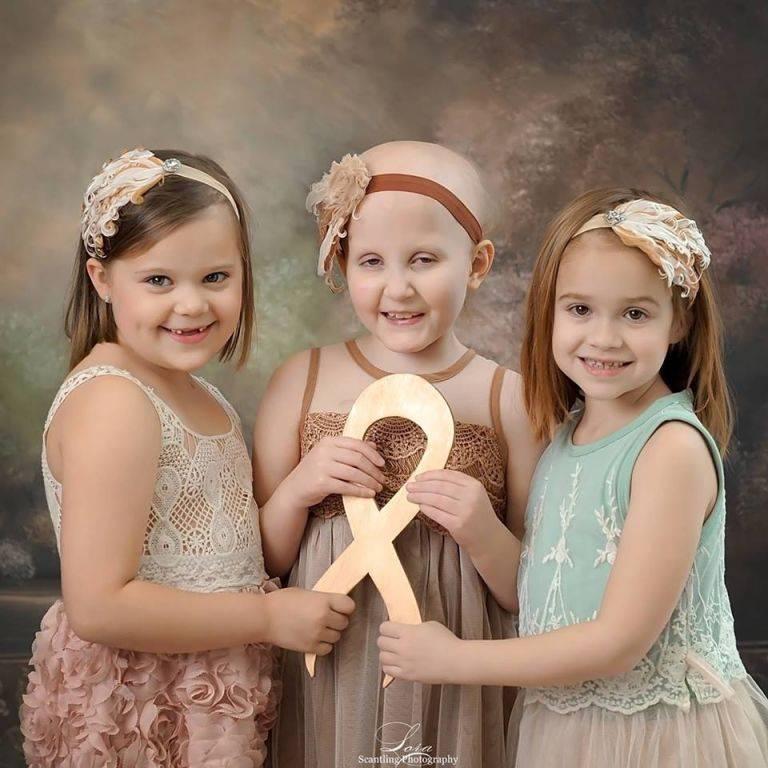 В 2014 году фото этих малышек, которые боролись с раком, облетело весь мир. И вот, 3 года спустя они воссоздали этот снимок...