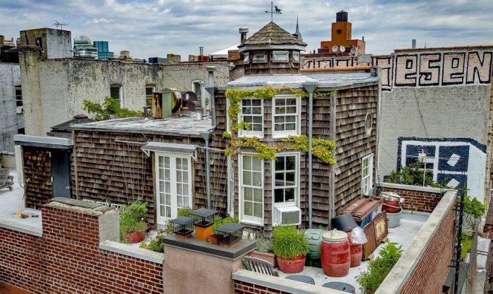 Деревенская романтика среди городских джунглей: очаровательный домик прямо на крыше 5-этажного здания