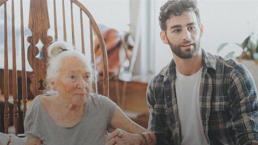 Этот молодой парень предложил своей 89-летней подруге жить вместе. Их история уникальна!