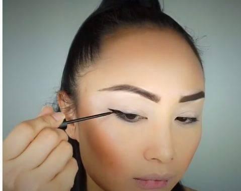 Лайфхак для макияжа: как сделать тонкие стрелки зубной нитью