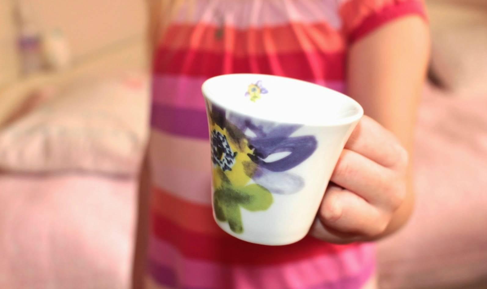 Девочка разбила чашку, и мать подняла на нее руку. Но тут вмешалась старушка...
