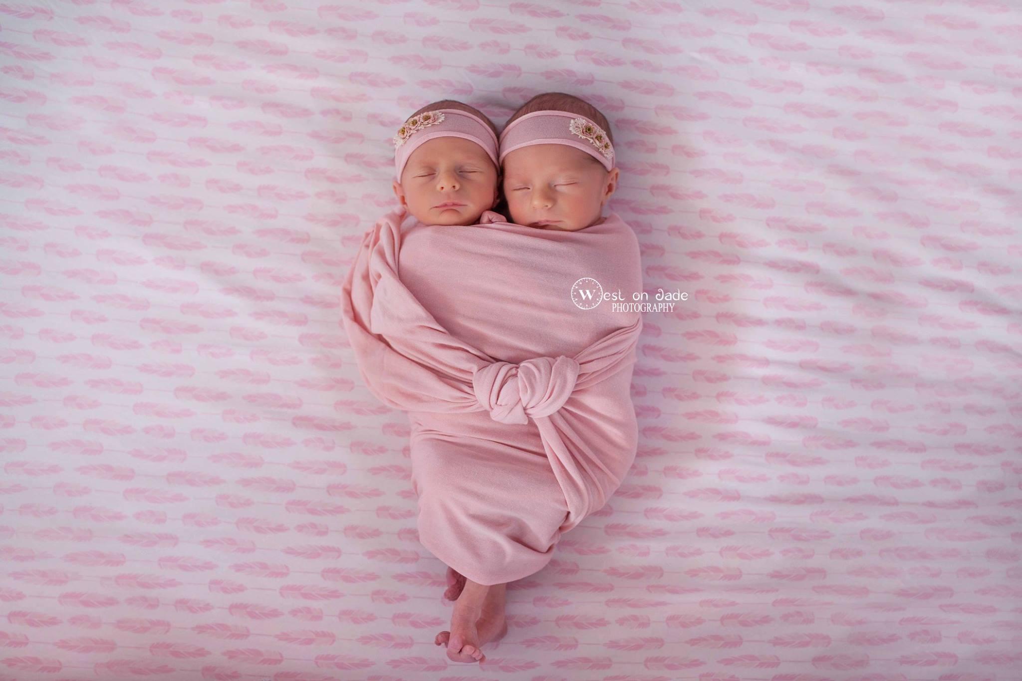 Мама запечатлила, как ее старшие близнецы обнимаются со своими новорожденными сестричками-близнецами