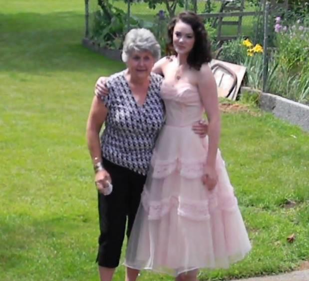 Бабушка разрыдалась, увидев выпускное платье внучки. Оно и правда было особенным