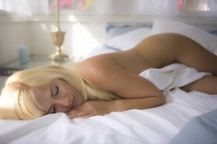10 эффективных причин, по которым стоит расстаться с пижамой и спать голышом