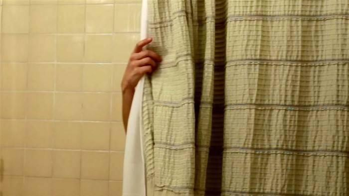 Дело в шторе: как избавиться от неприятного запаха в ванной комнате