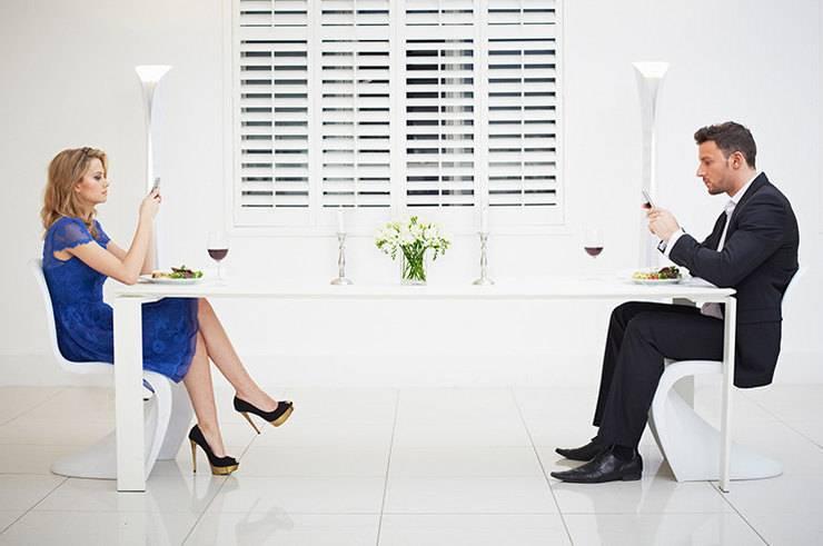Пары, которые мало разговаривают, расстаются: психолог о том, что с этим делать