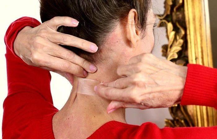 Бьюти-странности: зачем женщины клеят скотч на шею?