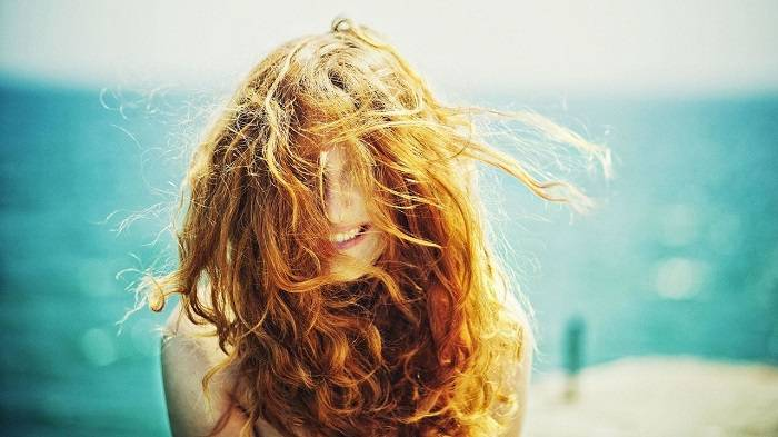 Вернуться в строй: самые проверенные способы восстановления волос после лета