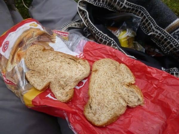 Кассир-аутист помял ее хлеб и заставил долго ждать, и она решила написать об этом в Facebook