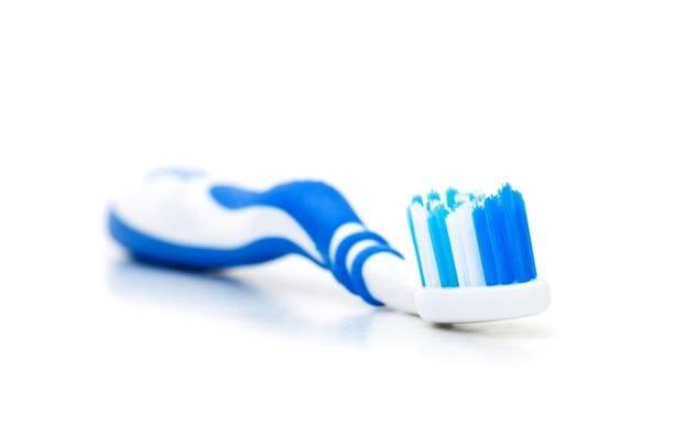 Есть ли смысл счищать налет с языка во время чистки зубов?