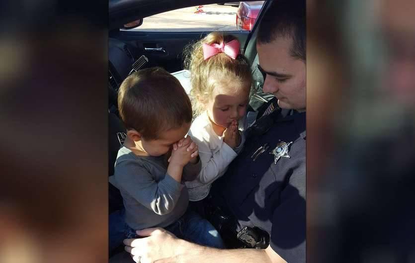 Этот снимок полицейского с детьми тронет ваше сердце
