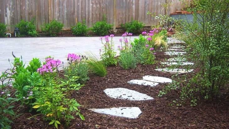 Он полил землю в саду уксусом… Когда я узнала зачем, я была в восторге!