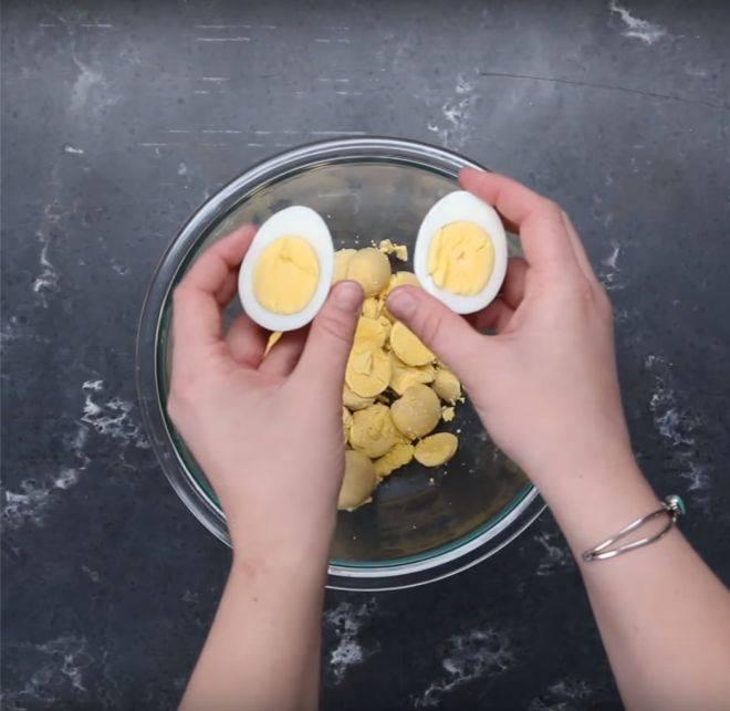 Я думала, она готовит фаршированные яйца. Но тут она начала обжаривать белок...