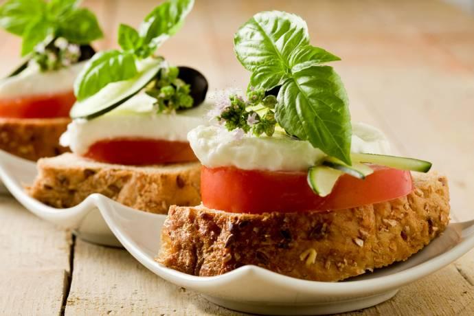 Быстрые и легкие закуски на праздничный стол: 7 идей