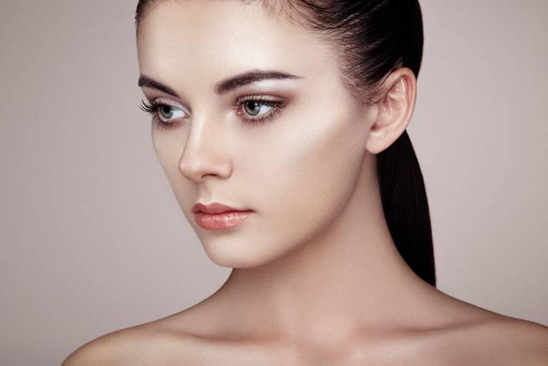 Конец эпохи контуринга: стробинг — новый тренд в макияже, который покоряет сердца женщин
