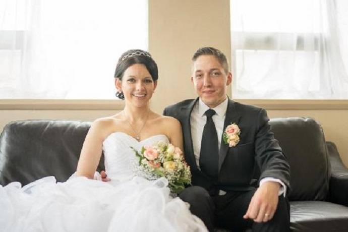 Пара из Великобритании поженилась в больнице, где невеста ухаживала за умирающей мамой