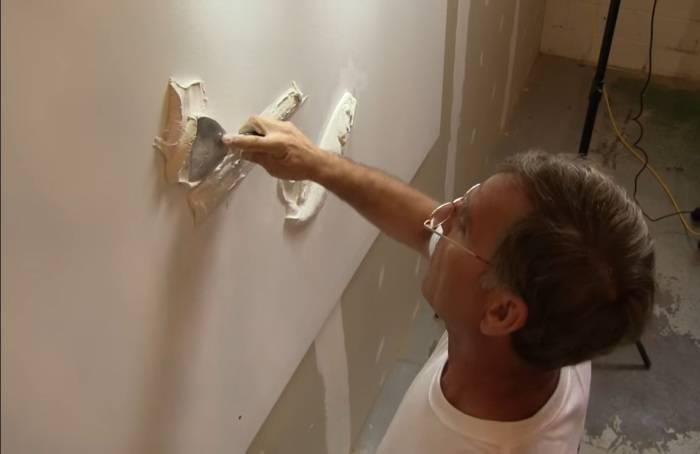 Мастер-самоучка, имея в распоряжении только шпатель и штукатурку, делает барельефы почти как в замках
