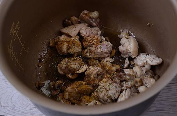 Тушёная курица с грибами: готовим ароматные бёдрышки на праздник и на каждый день. Авторский пошаговый фото-рецепт приготовления курицы с грибами в сметане