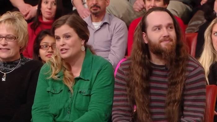 Мужчина не стриг волосы более 20 лет. Жена не смогла сдержать эмоций, когда увидела его с новой стрижкой!