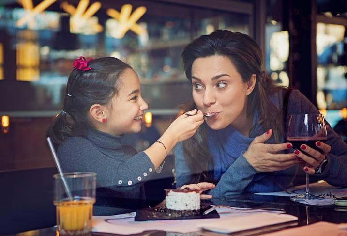 Ресторан запретил наливать родителям больше одного бокала вина, если они пришли на ужин с детьми