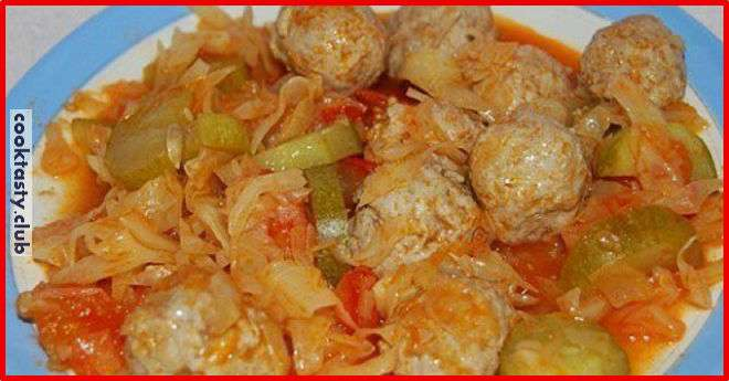 Куриные тефтели, тушеные в томатном соусе с капустой