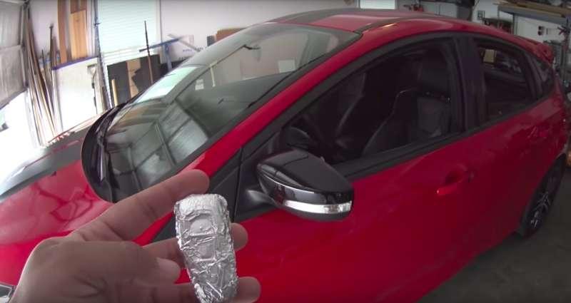 Агент ФБР заворачивает ключи от машины в фольгу и советует всем поступать так же