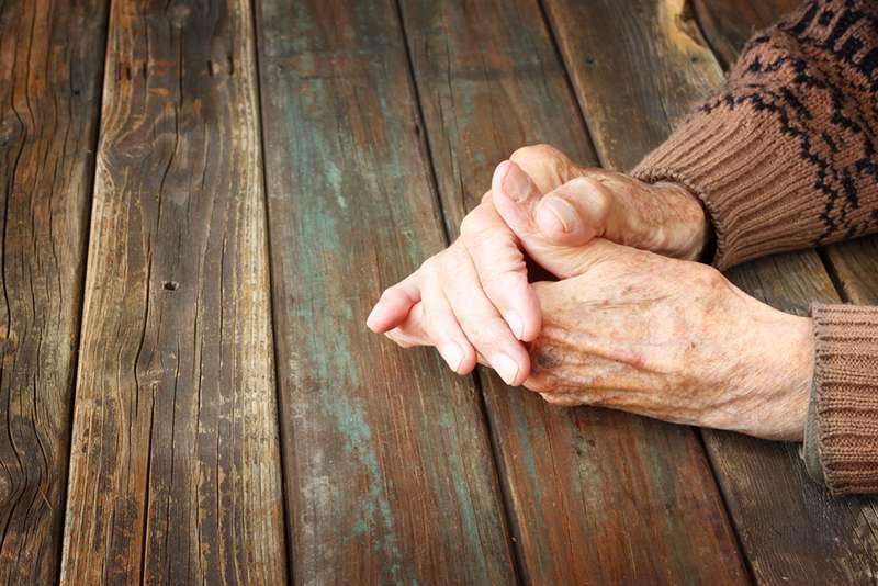 Женщина помогла пожилому мужчине, у которого случилась -авария в штанах- в магазине