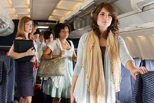 Почему лучше доплатить за места в -хвосте- самолёта, и Зачем стюардессы всегда берут в полёт кеды