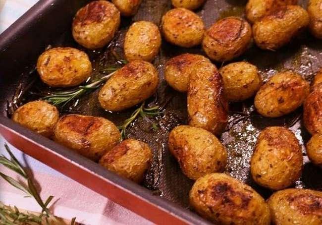 Запеченный картофель - блюдо, которое близкие съедят и сразу потребуют добавки