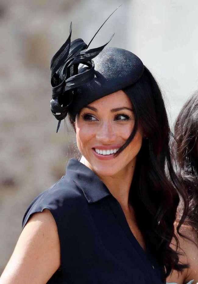 Упс! Меган Маркл показала кружевной бюстгальтер на свадьбе друга Гарри. Королева, наверное, в шоке!