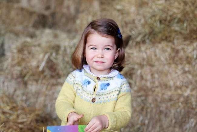 """Принцесса Шарлотта — """"главный командир"""" в доме, судя по отзывам мамы и прабабушки"""