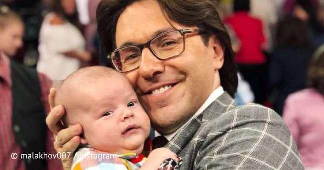 «Чей это ребенок?!» Андрей Малахов умилил соцсети нежным фото с младенцем