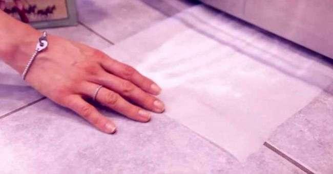 Женщина посыпала бумагу бурой и просунула ее под холодильник. Результат поразит тебя!