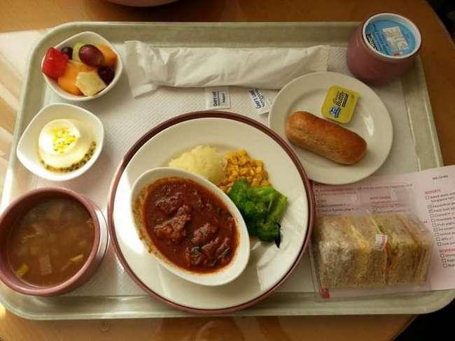 Лосось, суп минестроне и филе ягненка: Чем кормят пациентов в зарубежных больницах