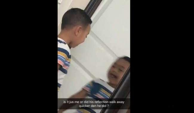 Тот жуткий момент, когда отражение в зеркале движется быстрее, чем мальчик перед ним