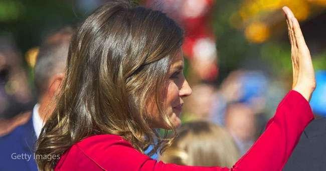 Королева Летисия продемонстрировала топ-оттенок осени. Красный или розовый?