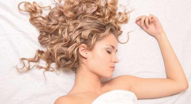 Очень вредные ночные привычки, которые портят наши волосы — сильнее, чем курение и солнце